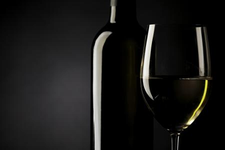 caras emociones: vaso de vino blanco silueta fondo negro Foto de archivo