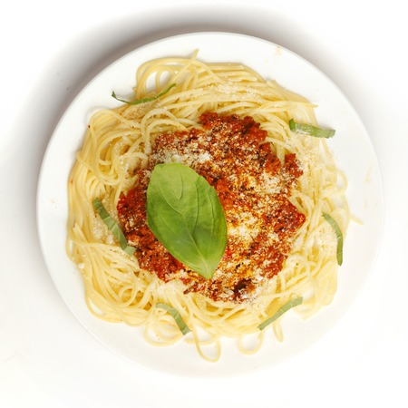 Spaghetti bolognese op een witte plaat bovenaanzicht