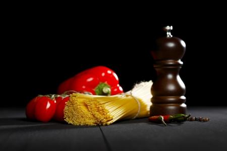 Pasta Zutaten auf schwarz Tisch, Italienische Küche Konzept Standard-Bild