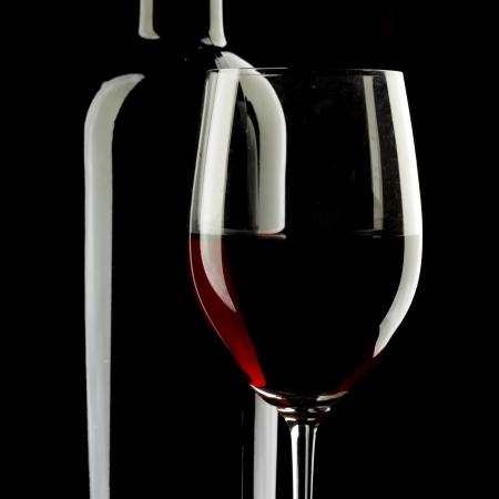 bouteille de vin: Fond rouge silhouette vin en verre noir