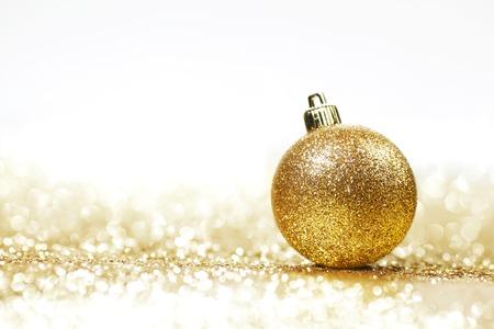 Goldene Weihnachtskugel auf Glitter Hintergrund mit weißen Kopie Raum