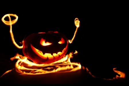 Burning halloween pumpkin Stock Photo - 22846706