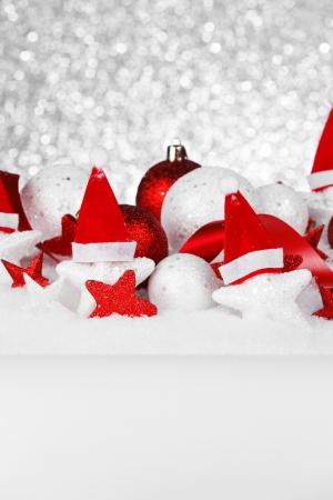 Schöne rote und weiße Weihnachtsdekoration mit Schnee Standard-Bild