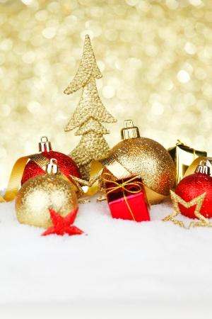 Weihnachten Zusammensetzung mit bunten Kugeln auf Schnee Standard-Bild