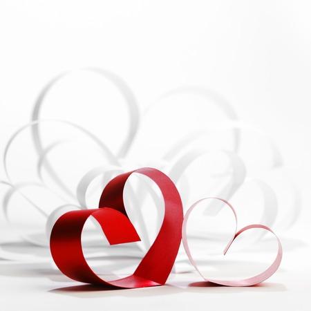 saint valentin coeur: Carte de jour de valentines de papier et ruban coeurs sur fond blanc