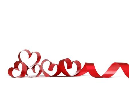 Linten in de vorm van harten op wit, Valentijnsdag begrip