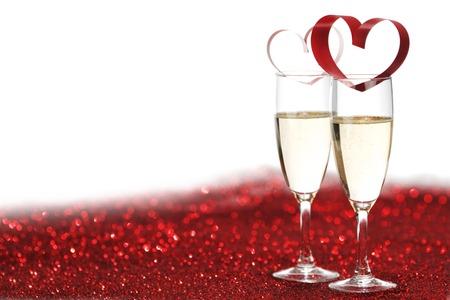 Champagne en Valentijnsdag decoratie op rode glitter achtergrond Stockfoto