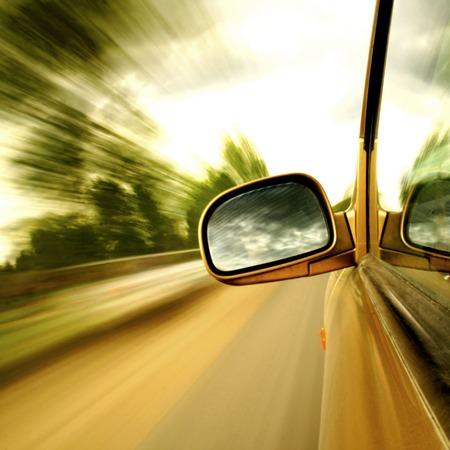 Seitenspiegel Ansicht Fahren im Forststraße Standard-Bild - 25670503