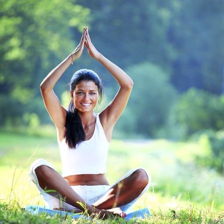 Jeune femme faisant l'exercice de yoga en plein air Banque d'images - 25889173