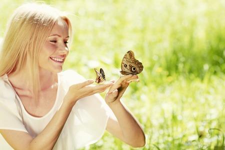 donna farfalla: Bella giovane donna felice a giocare con farfalla all'aperto