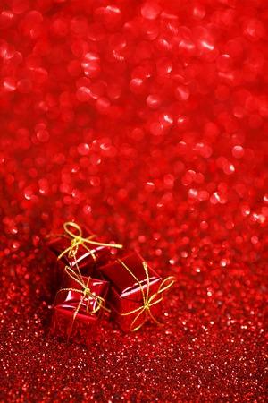 mo�os navide�os: Peque�as cajas decorativas de regalo sobre fondo brillante brillo