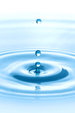 完璧な液滴のスプラッシュを作る水に落ちる水滴 写真素材