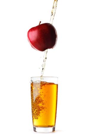vaso de jugo: Jugo vierte de manzana en el vidrio aislado en el fondo blanco