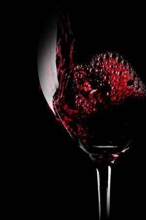 Glas Rotwein close-up auf schwarzem Hintergrund isoliert Standard-Bild - 38403874