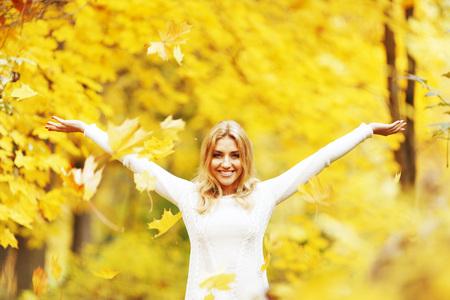 jolie fille: Heureuse femme tomber les feuilles dans le parc de l'automne