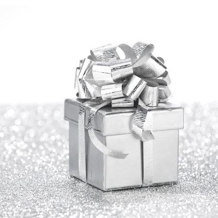 밝은 반짝이 배경에 장식 휴일 선물 상자