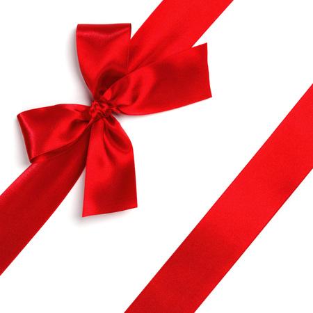 moños de navidad: Satén rojo cinta de regalo arco aislado en blanco Foto de archivo