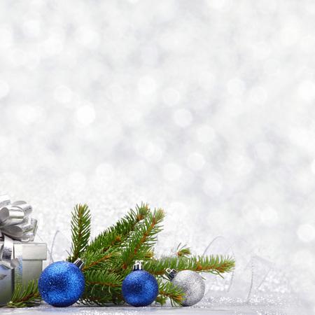 cajas navide�as: Navidad rama de abeto y decoraci�n en fondo del brillo de plata