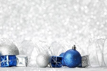 cajas navide�as: Bolas de Navidad decorativos y regalos en el fondo bokeh plata
