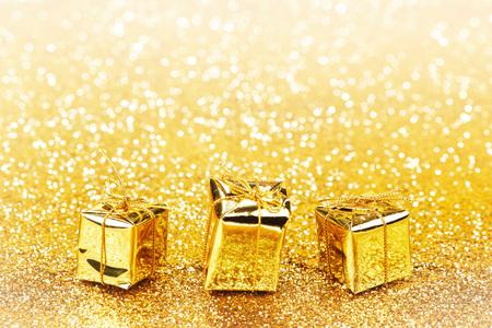 New Year: Złote pudełka dekoracyjne z darami wakacje na abstrakcyjnym tle złota