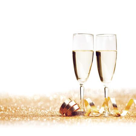 nouvel an: Verres de champagne et ruban dor� d�coratif isol� sur blanc Banque d'images