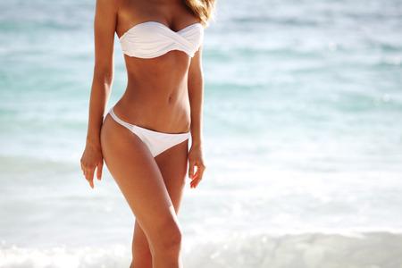 Sexy Frau Körper im Bikini am Strand Hintergrund