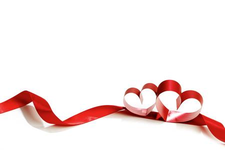 Heart shaped rood lint op een witte achtergrond