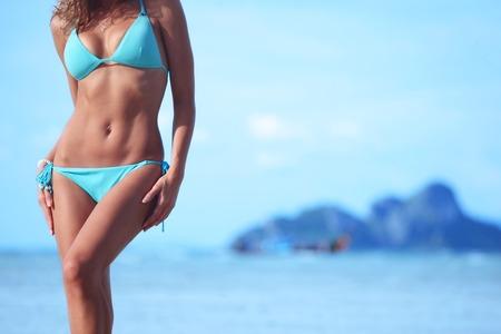 Bella donna in bikini sulla spiaggia tailandese