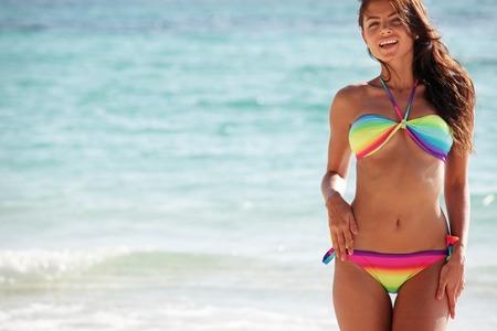 Schöne glückliche Frau in bikni am tropischen Strand