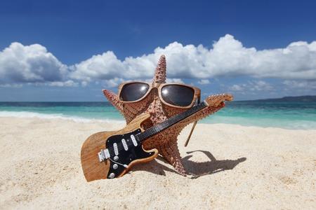 gitara: Rozgwiazda gitarzysta na piasku tropikalnej plaży na Filipinach Zdjęcie Seryjne
