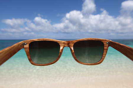 View through wooden sunglasses into tropical beach of Philippines Stockfoto