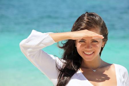 Retrato de una mujer sonriente en la playa