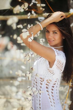 belle brune: Belle jeune femme avec portrair tropical décoration coquillages Banque d'images