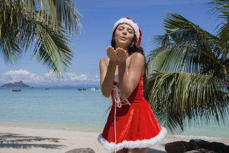 mrs: Mujer hermosa en la se�ora Claus Custume en la playa tropical con palmeras, vacaciones de Navidad concepto Foto de archivo