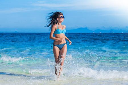Pretty schlanke Mädchen am Strand tropischen Meer