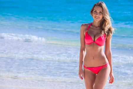 chica delgada bonita en la playa del mar tropical