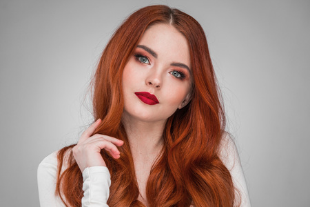 Beauty portrait of woman. Gorgeous sensual attractive pretty redhead sexy model girl, shiny wavy hair. Zdjęcie Seryjne - 101969949