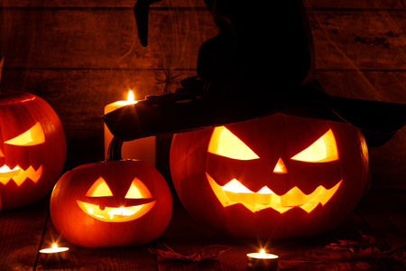 Jack O Lantern Halloween pumpkins with witches hat and burning candles Banco de Imagens