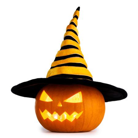 Calabaza de Halloween Jack O Lantern con sombrero de brujas aislado sobre fondo blanco.