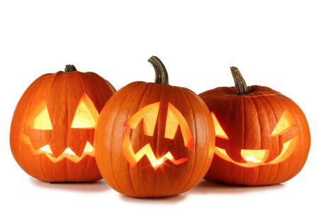 Drie Halloween pompoenen geïsoleerd op een witte achtergrond