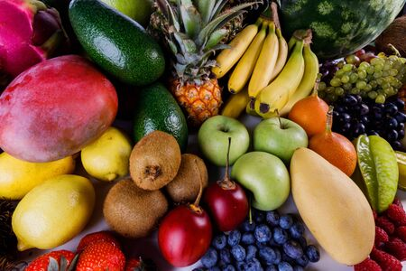 Arrière-plan assorti de nombreuses récoltes de fruits tropicaux colorés Banque d'images