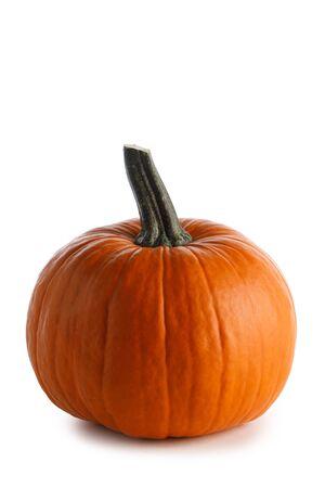 Ein orange Kürbis lokalisiert auf weißem Hintergrund, Halloween-Konzept