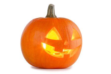 Zucca di Halloween incandescente isolata su sfondo bianco