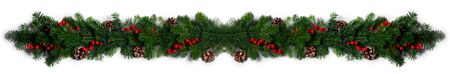 Weihnachtsrahmen aus Baumzweigen, roten Beeren und Tannenzapfen auf weißem Hintergrund mit Kopienraum isoliert
