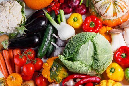 Ernte von vielem Gemüse, Draufsicht flach Hintergrund
