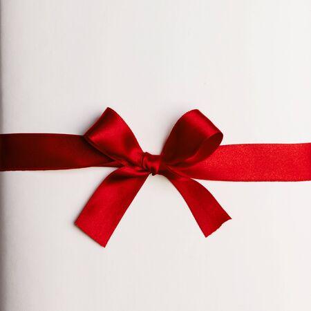 Fiocco regalo rosso su sfondo bianco