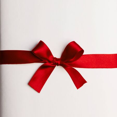 Rote Geschenkschleife auf weißem Hintergrund