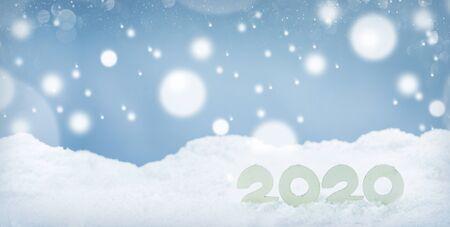 Designkonzept für das neue Jahr 2020. Horizontale Schablone des neuen Jahres 2020 aus Holz auf Schnee auf weißem Bokeh-Hintergrund Standard-Bild