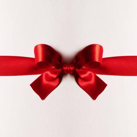 Red gift satin bow on white background Stockfoto