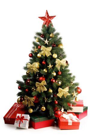 Dekorativer Weihnachtsbaum und Geschenke isoliert auf weißem Hintergrund